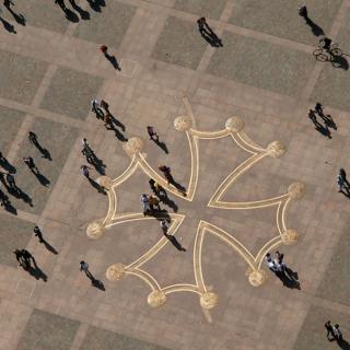 Décor pour votre tournage : la croix occitane sur la place du Capitole