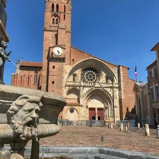 Décor pour votre tournage : l'entrée de la cathédrale Saint-Étienne et la fontaine