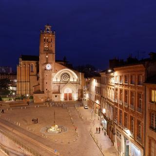 Décor pour votre tournage : la place Saint-Étienne de nuit