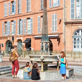 Décor pour votre tournage : la place Saint-Étienne et sa fontaine