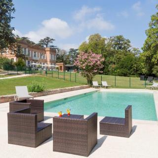 Décor pour votre tournage : la piscine du Domaine de Montjoie