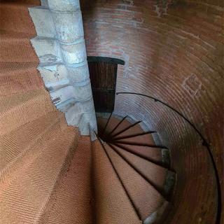 Décor pour votre tournage : escalier de la Tour Croix Baragnon