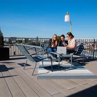 Décor pour votre tournage : ambiance de bureaux, terrasse