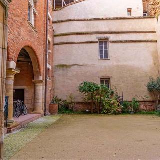 Décor pour votre tournage : cour intérieure de la maison de l'Occitanie à Toulouse