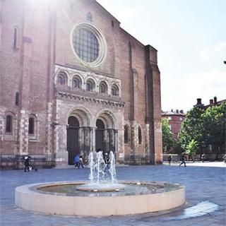 Décor tournage : fontaine place Saint-Sernin