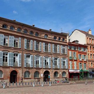 Décor pour votre tournage : les façades d'immeubles place Saint-Étienne