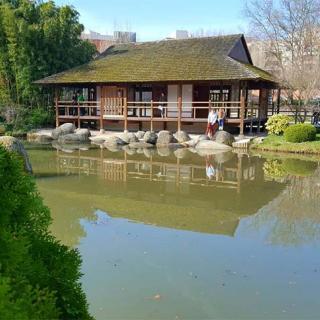 Décor pour votre tournage : le lac du jardin japonais à Toulouse