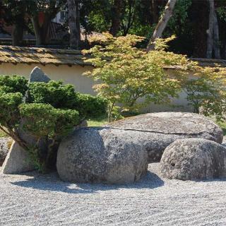 Décor pour votre tournage : la plage de gravier du jardin japonais
