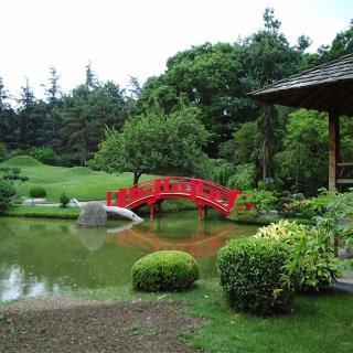 Décor pour votre tournage : petit pont rouge sur le lac du jardin japonais