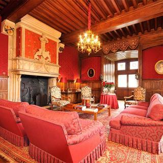 Décor pour votre tournage : le salon rouge du château Saint-Martory