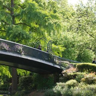 Décor pour votre tournage : passerelle au jardin du Grand Rond