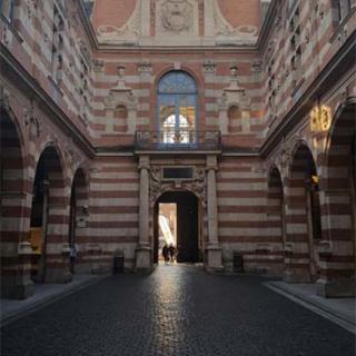 Décor pour votre tournage : la cour Henri IV au Capitole