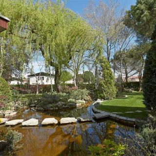 Décor pour votre tournage : une villa atypique style américain et son parc