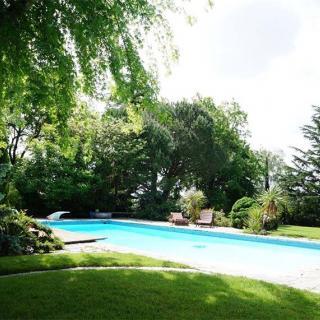 Décor pour votre tournage : une villa atypique, grand parc avec piscine