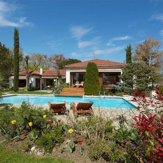 Décor pour votre tournage : une villa atypique et sa piscine