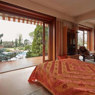 Décor pour votre tournage : une villa atypique, salon vue sur la piscine