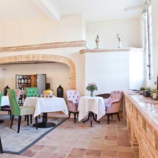 Décor tournage : le château de Drudas maison d'exception du 18ème, salle avec cheminée