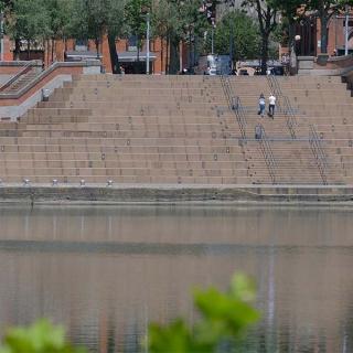 Décor pour votre tournage : les escaliers du quai Saint-Pierre en bord de Garonne à Toulouse