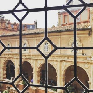 Décor pour votre tournage : fenêtre de la fondation Bemberg