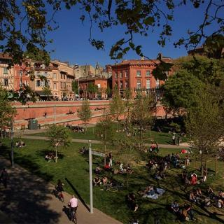 Décor pour votre tournage : les quais et la palce de la Daurade à Toulouse