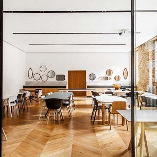 Décor pour votre tournage : grande salle moderne avec brique