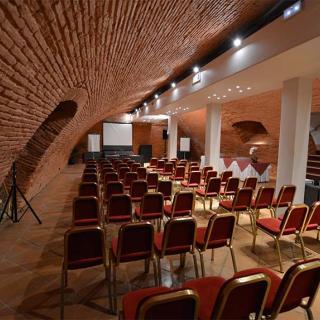 Décor pour votre tournage : grande salle voûtée en brique