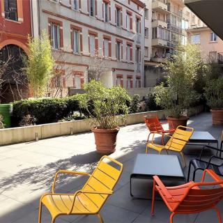 Décor pour votre tournage : terrasse en plein centre ville