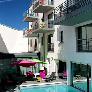 Décor tournage : piscine et balcons de l'Appart-Hotel Clément Ader