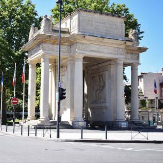Décor pour votre tournage : les allées François-Verdier et le monument aux Morts