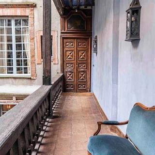 Décor pour votre tournage : couloir extérieur avec vieille porte en bois