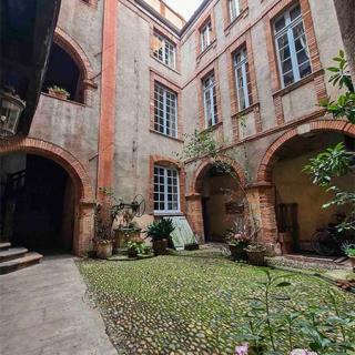Décor pour votre tournage : cour intérieure plein centre à Toulouse
