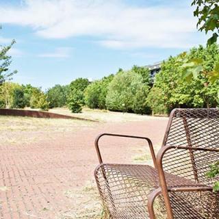 Décor pour votre tournage : le jardin Niel à Toulouse, chaise metallique