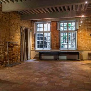 Décor pour votre tournage : grande salle avec le cachet de l'ancien à Toulouse