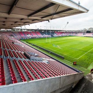 Décor pour votre tournage : les gradins du stade de rugby Ernest Wallon