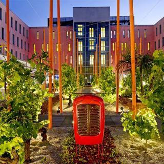 Décor pour votre tournage : le patio de l'hôtel Radisson