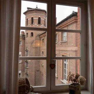 Décor pour votre tournage : le salon séjour avec vue sur une tour capitulaire