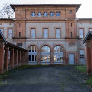 Décor pour votre tournage : vue arrière des bâtiments administratifs