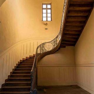 Décor pour votre tournage : escalier d'honneur du centre hospitalier Gérard Marchant