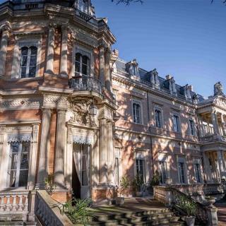 Décor pour votre tournage : façade arrière du Palais Niel - vue sur le parc