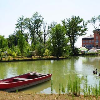Décor pour votre tournage : le château de la Garrigue et son lac