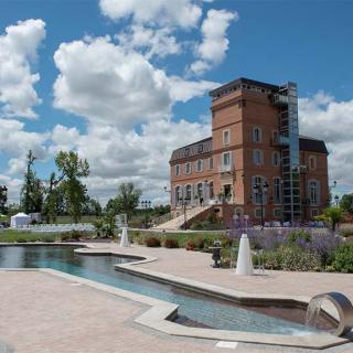 Décor pour votre tournage : le château de la Garrigue et sa piscine en forme de guitare