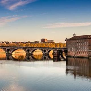 Décor pour votre tournage : le Pont Neuf à Toulouse, panorama sur la Ville Rose