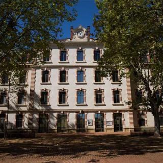 Décor pour votre tournage : vue façade extérieure ancienne caserne