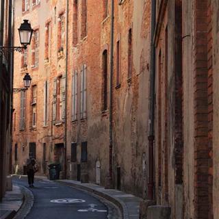 Décor pour votre tournage : rue étroite toulousaine