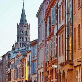 Décor pour votre tournage : rue du Taur, vue sur le clocher de Saint-Sernin