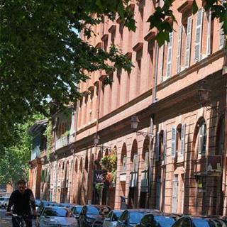 Décor pour votre tournage : façades en bord de Garonne à Toulouse