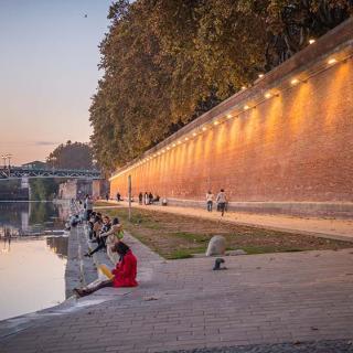 Décor pour votre tournage : les quais en bord de Garonne au soleil couchant