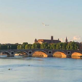 Décor pour votre tournage : vue sur le pont Neuf et Toulouse depuis le pont Saint-Michel