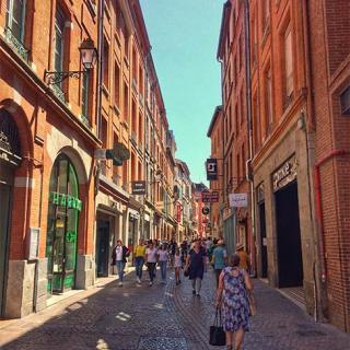 Décor tournage : la rue Saint-Rome à Toulouse, façades en brique