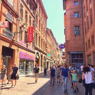 Décor tournage : la rue Saint-Rome à Toulouse, façades à colombage